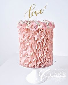 We love the pretty pink ruffles on this elegant cake by - Cake Decorating Dıy Ideen Gorgeous Cakes, Pretty Cakes, Cute Cakes, Amazing Cakes, Buttercream Ruffle Cake, Buttercream Flowers, Pink Ruffle Cake, Ruffled Cake, Wilton Cake Decorating