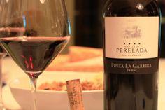 """Castell de Perelada """"Finca la Garriga"""" 2010. Los vinos del Castillo de Perelada, son excelentes, pero en la relación calidad-precio, este sobresale entre todos.  Barbacoas, cocidos, etc... Un vino 4x4 Red Wine, 4x4, Alcoholic Drinks, Bottle, Glass, Food, Spanish Wine, Wine Cellars, Castles"""