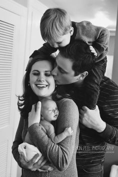 Neugeborenes Familienbild - Photo ideas - Baby and Pregnancy Newborn Family Pictures, Maternity Pictures, Pregnancy Photos, Baby Pictures, Pregnancy Info, Family Pics, New Born Family Photos, Family Posing, Sibling Photos