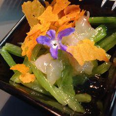 Tartar de langostino con migas y borraja. Seaweed Salad, Ethnic Recipes, Food, Restaurants, Meal, Essen, Hoods, Meals, Eten