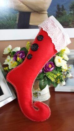 Una bota diferente para esta Navidad. Hecha con fieltro totalmente a mano. Tachis by Karla Marenco.