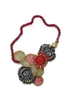 Tota Reciclados (Valeria Hasse + Marcela Muñiz) - Rojo y Negro / Textiles encontrados, pintura acrílica, piezas de Toledo, bronce, alpaca, oro, aluminio / Ensamblado / 19cm x 35cm