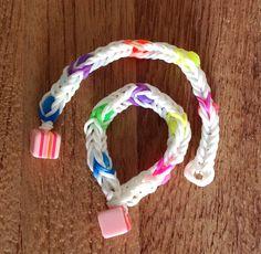 Pulsera Rainbow Loom con cuentas de colores y terminada con un botón en forma de dado. #RainbowLoom #Manualidades #Midibu4U