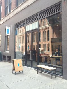 Blue Bottle Coffee - New York, NY, アメリカ合衆国. Entrance on 15th.