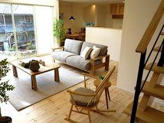 パイン無垢材とタモ・栗・オーク無垢材の家具でコーディネートした事例!階段のブラックとペンダントライトのブラックをアクセントカラーとしたコーディネートです!
