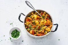 Eenpansgerecht met linzen, courgette, tomaat en krieltjes