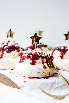 Mini pavlova with red fruit The perfect Christmas dessert Mini Pavlova, Fall Desserts, Christmas Desserts, Christmas Pavlova, Snack Recipes, Dessert Recipes, Xmas Food, Pumpkin Spice Cupcakes, Ice Cream Recipes