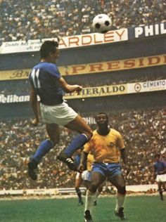 Gigi Riva, finale di Mexico 70 Brasile-Italia: Pelè guarda Pure Football, Football Is Life, Retro Football, Soccer League, Football Players, Image Foot, Fifa World Cup, Liverpool Fc, Rugby
