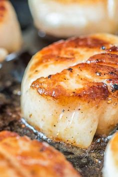 Learn how to make seared scallops with a perfect golden brown crust, just like at the restaurants! They're incredibly simple to make at home. Dry Scallops Recipe, Fresh Scallops, Shellfish Recipes, Seafood Recipes, Cooking Recipes, Cajun Recipes, How To Make Scallops, Scallop Appetizer, Seafood Bisque