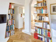 """Chargée de rénover un appartement parisien biscornu issu de la réunion de trois chambres de bonnes, l'équipe d'h2o architectes en a fait un bien à la physionomie atypique. Des """"totems"""" garnis de ... #maisonAPart"""