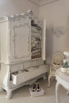 I love this shabby chic style, but I wish there was a bit more color to it. All the white on white is much for me.