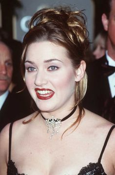 Pin for Later: 43 Golden Globes Hair and Makeup Looks That Weren't So Pretty Kate Winslet, 1998 Harsh makeup and light foundation washed out the lovely Kate Winslet. Titanic Kate Winslet, Kate Winslet Oscar, Kate Winslet Images, Kate Winslet And Leonardo, Justin Timberlake, Jennifer Aniston, Beautiful Celebrities, Beautiful Actresses, Britney Spears