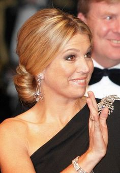 queen maxima at Amsterdam ~ film theatre Tushinski Queen Of Netherlands, Dutch Princess, Casa Real, Girls Rules, Queen Maxima, Royal Jewels, Royal Fashion, King Queen, Hair Dos
