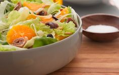 Vous devez prendre le temps nécessaire pour donner une petite touche unique à vos salades estivales. Est-ce que le jeu en vaut la chandelle ? Bien entendu ! Les salades deviendront vos mets favoris de l'été. Servez-les avec une tranche de pain de grains entiers pour avoir un plat principal savoureux. Les fruits leur donneront un petit goût estival très frais.