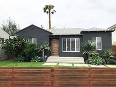 Nice 40 Gorgeous Black House Exterior Design Ideas For Inspiration. # Nice 40 Gorgeous Black House Exterior Design Ideas For Inspiration. Exterior Gris, Black House Exterior, Modern Exterior, Exterior Design, Traditional Exterior, Best Exterior Paint, Exterior Paint Colors For House, Paint Colors For Home, Brick Exterior Makeover