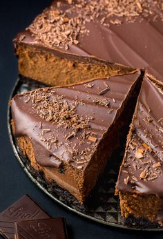 Rich and creamy Chocolate Mascarpone Cheesecake! This decadent chocolate cheesecake features a chocolate cookie crust, a creamy chocolate mascarpone filling, and a chocolate ganache topping! Just Desserts, Delicious Desserts, Dessert Recipes, Yummy Food, Food Cakes, Cupcake Cakes, Cupcakes, Low Carb Dessert, Fudge Cake