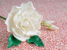 Mery (11 Posts)Me encanta hacer flores de pasta de goma, es un proceso relajante, laborioso, que requiere sus pasos y su tiempo. En el post de hoyaprenderemos a elaborar una gardenia, una flor elegante y preciosa, ideal por ejemplo para decorar una tarta para el día de la madre. ¡Además es temporada!. ¿Qué os parece …