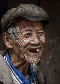I met this happy Hmong on the road between Mu Cang Chai and Yen Bai (North Vietnam). Photo by Réhahn Croquevielle -- National Geographic Your Shot People Photography, Portrait Photography, Children Photography, Beautiful Smile, Beautiful People, Old Man Portrait, Old Man Face, National Geographic Photography, Old Faces