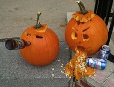 Halloween is incomplete without Pumpkin carvings. This season try these Pumpkin carving ideas and decorate your home with it to spread the spooky affair. Halloween Sanglant, Courge Halloween, Adornos Halloween, Outdoor Halloween, Funny Pumpkin Carvings, Scary Pumpkin Carving, Pumpkin Art, Pumpkin Ideas, Pumpkin Designs