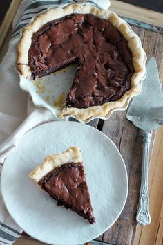 If you love brownies as much as I love brownies, you're going to love this pie. Fudge Brownie Pie is a rich chocolately brownie, baked in a flaky pie crust. Just Desserts, Delicious Desserts, Yummy Food, Delicious Chocolate, Healthy Food, Fudge Brownie Pie, Pie Brownies, Brownie Batter, Cheesecake Bars