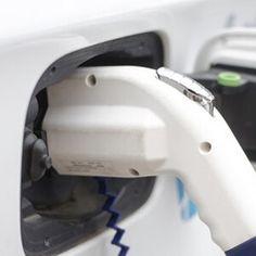 Kaufprämie für E-Autos: Fuhrparkleiter reagieren verhalten  81 Prozent der vom Unternehmen DATAFORCE befragten Flottenmanager planen trotz Prämie vorerst nicht, ihren Fuhrpark mit Elektrofahrzeugen auszustatten.