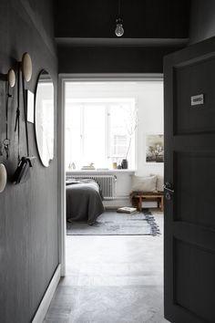 KLICKA PÅ BILDEN FÖR BILDSPEL. Tomasine Gahn föll för lägenhetens rymd, ljus och höga fönster.