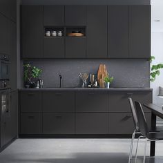 Cuisine anthracite Kungsbacka IKEA - Carreco deco, jardin, graphisme et web Kitchen Ikea, Black Kitchen Cabinets, Kitchen Corner, Kitchen Cabinet Design, Black Kitchens, Cool Kitchens, Kitchen Decor, Kitchen Black, Upper Cabinets