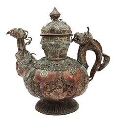 Fantástica e antiga jarra oriental, trabalhada artesanalmente, em cobre, totalmente decorada. Circa