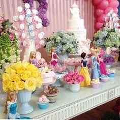 """""""Um Lindo Chá das Princesas hoje para a Rafaela com Decoração por @maavelino Bolos e Doces decorados por @mariairaildes Lembranças Personalizadas Incríveis…"""""""