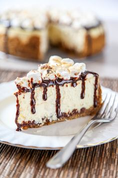 Smores Cheesecake: A graham cracker crust with marshmallows and chocolate baked right in, topped with smooth creamy cheesecake and toasted marshmallows. Your favorite summer treat no campfire required (Smores Cheese Cake) Smores Dessert, Dessert Sushi, Dessert Crepes, Mini Cheesecake Bites, Cheesecake Recipes, Cupcake Recipes, Cupcake Cakes, Cupcakes, Smores Cheesecake Recipe