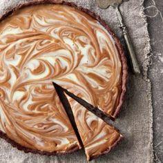 Vinnige karamel-en-sjokoladetert - hier is nog 'n uittreksel uit Theresa de Vries se nuwe resepteboek DEEG. Sweet Tarts, Something Sweet, Make It Simple, Food To Make, Cake Recipes, Pie, Baking, Ethnic Recipes, Easy