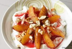 Een heerlijk pruimentoetje: pruimen uit de oven met Griekse yoghurt & noten met een beetje kaneel & honing. Een super lekker dessert met warme pruimen!