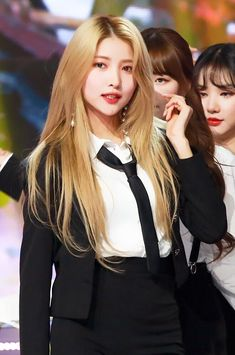 Image may contain: 2 people, people standing Kpop Girl Groups, Korean Girl Groups, Kpop Girls, Korean Girl Band, Gfriend Sowon, Cloud Dancer, G Friend, Kpop Outfits, Girl Bands