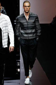 FR Daily News - Défilé Emporio Armani Menswear Printemps/Été 2015 Runway Fashion, Fashion Show, Fashion Outfits, Mens Fashion, Fashion Design, Emporio Armani, Vogue Paris, Armani 2015, Queer Fashion