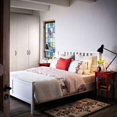 Łóżko HEMNES bejcowane na biało z czerwonym stolikiem nocnym i pościel ÅKERKULLA w kwiatowe wzory