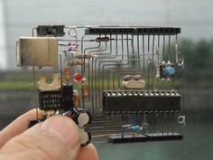 Der Arduino Skeleton wurde komplett aus Stahldraht gebogen. Mit Materialkosten von unter 10 Euro ist das ein wirklich tolles Kunstwerk.