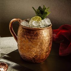The Best Cocktail Can Set The Mood For Your Next Party Best Moscow Mule, Moscow Mule Mugs, Moscow Mule Receita, Manhattan Drink, Ketel One Vodka, Copper Cups, Mule Recipe, Winter Drinks, Cocktail Recipes