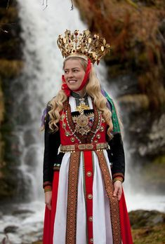 Scandinavian Folklore - Kurbits - din slöjdkompis i samtiden Folk Costume, Costume Dress, Queen Costume, Folklore, Costumes Around The World, Bridal Crown, People Of The World, World Cultures, Ethnic Fashion