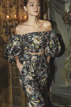 Monique Lhuillier Fall 2019 Ready-to-Wear Fashion Show Collection: See the complete Monique Lhuillier Fall 2019 Ready-to-Wear collection. Look 28 Fashion Week, Runway Fashion, Fashion Outfits, Womens Fashion, Fashion Trends, Vogue Fashion, Monique Lhuillier, Alex Perry, Floral Fashion