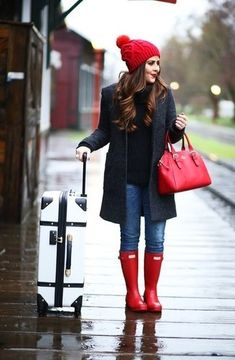 red-hunter-boots-outfit- How to rock the hunter rain boots www. Cute Winter Outfits, Casual Winter, Fall Outfits, Casual Outfits, Outfit Winter, Preppy Winter, Winter Shoes, 2017 Outfits, Rainy Outfit