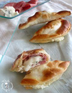 Panzerotti al forno con salame e gorgonzola facili veloci e davvero molto gustosi,possiamo farli per una festa o un buffet