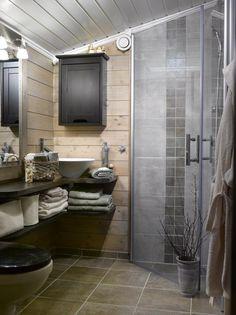 ROMSLIG BAD: På badet i andre etasje hadde hytteeierne kjøpt en baderomsinnredning med heldekkende vask, som skulle være rett ved siden av toalettet. Men da det ble for trangt, solgte de det, og laget heller en hylle selv. Vasken ble flyttet inn i hjørnet, en løsning hytteeierne synes er mye bedre.
