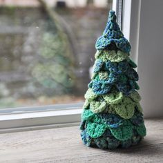 Crochet a christmas tree to cheer up your house for the holidays? This cute tree is crocheted with the crocodile stitch, and is very beautiful on your desk or side table. Put some little lights in there and your christmas decoration is complete! Cute Christmas Tree, Crochet Christmas Trees, Christmas Tree Pattern, Holiday Crochet, Christmas Items, Xmas Tree, Christmas Crafts, Christmas Decorations, Christmas Ornaments