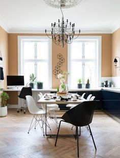 Catrine er andre finalist i Norges vakreste hjem! Dining Area, Kitchen Dining, Dining Bench, Dining Chairs, Dining Room, Joko, Decoration, Beautiful Homes, Colours