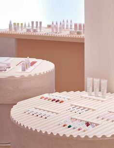 Glossier New York Flagship Store Design and Inspiration Cosmetic Display, Cosmetic Shop, Cosmetic Stores, Design Café, Display Design, Visual Display, Commercial Design, Commercial Interiors, Espace Design