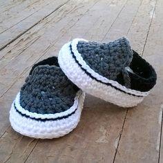 Con este patron de ShowroomCrochet verás como hacer un PATRON Zapatillas crochet estilo Vans paso a paso. Se trata de un tutorial facil de nike para tejer a crochet o dos agujas. Baby Shoes Pattern, Baby Patterns, Crochet Patterns, Knitting Patterns, Crochet Bebe, Crochet Baby Booties, Slippers Crochet, Baby Shoes Tutorial, Best Baby Shoes