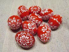 Velikonoční+kraslice:+červená+Velikonoční+slepičí+kraslice,+zdobená+bílým+voskem.+Vejce+jsou+vydesinfikovány+savem.+Uvedena+cena+je+za+jeden+kus.