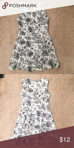 White and grey floral dress🌷 Very beautiful floral dress by forever 21. The colors white and grey adds to the beauty of this dress. It has a zipper on the back. Worn gently once- no flaws, no defects, no signs of wear. Forever 21 Dresses