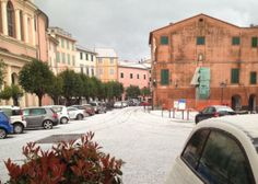 Grandinata a Varese ligure: auto e piazzale imbiancati