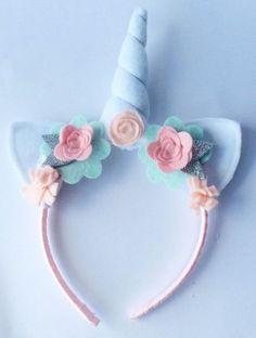 Tiara de unicórnio azul clara com flores